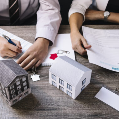 realtor-client-signing-documents